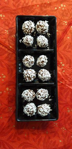 Lakritsi-makeisia: 10 taatelia, 2 rkl lakritsijauhetta, 2 rkl kaakaovoita, 1 tl kaurajauhoja ja ripaus suolaa.  Koristeeksi kookoshiutaleita.