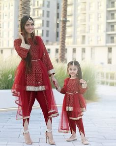 25 Coolest Matching Outfits For Pakistani Mother Daughter - Part 2 Mom Daughter Matching Outfits, Mommy Daughter Dresses, Mom And Baby Dresses, Mother Daughter Fashion, Baby Girl Dress Patterns, Dresses Kids Girl, Mother And Daughter Clothes, Girl Outfits, Pakistani Kids Dresses