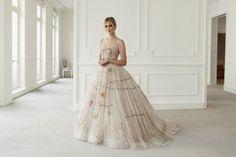 Od Kate Middleton po Victorię Beckham – przypominamy najbardziej udane weselne stylizacje gwiazd. Dior Wedding Dresses, Second Wedding Dresses, Celebrity Wedding Dresses, Celebrity Weddings, Wedding Gowns, Versace Wedding Dress, Celebrity News, Celebrity Style, Stella Tennant