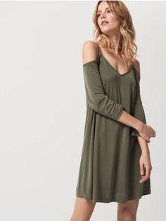 Mohito - Sukienka na ramiączkach AFTER HOURS Letnia sukienka na ramiączkach z możliwością regulacji dłuugości. Głęboki dekolt w szpic zmysłowwo odsłoni ciało. Swobodny, kobiecy fason z delikatnie rozszerzonym dołem. Dostępna w dwóch wersjach kolorystycznych.<br /><br />Wzrost modelki: 180 cm<br />Modelka ze zdjęcia ma na sobie rozmiar: S