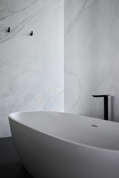 Graphic House by Shaun Lockyer Architects – The Artedomus Series – The Local Project Bathroom Design Inspiration, Bathroom Interior Design, Design Ideas, Minimal Bathroom, Master Bathroom, Soft Furnishings, The Locals, Interior Architecture, Cool Designs