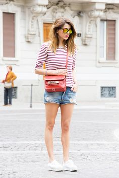 SHORT DI JEANS & T-SHIRT A RIGHE – CASUAL OUTFIT