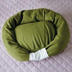 Como fazer uma cama para cachorros. Para garantir o conforto do seu cachorro, uma caminha é um dos itens indispensáveis que qualquer dono deve ter. Para além disso, se o seu cachorro tiver a sua própria cama não vai deitar no sofá ou na...