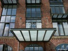 Modernes Vordach aus Stahlträgern und Milchglas an einem modernisierten alten Speicher in Münster in Westfalen