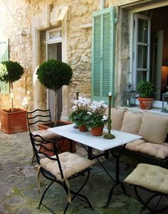 Parisian style Patio - Beautiful. Would love to sip a latte' or glass of wine here!