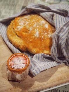 Päältä rapea ja keskeltä kuohkea pataleipä tarvitsee rinnalleen herkullisen juuston. Bread, Yum Yum, Food, Essen, Breads, Baking, Buns, Yemek, Meals