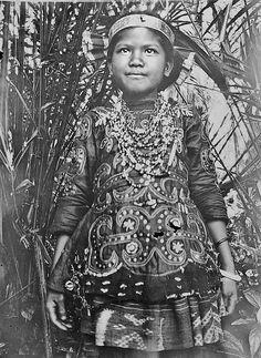Portret van een meisje in Basoa-kostuum. Sulawesi. 1898-1900