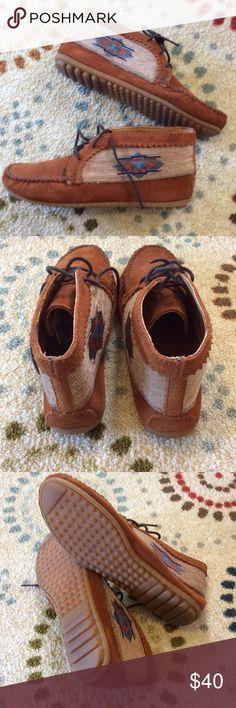 Minnetonka Moccasins Super cute Minnetonka moccasins. Minnetonka Shoes Moccasins