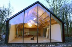 Houten woning Bilthoven | Goed Verblijven B.V. Tiny House Cabin, Up House, Cabin Design, House Design, Modern Mobile Homes, Oregon House, Modern Barn House, Steel Frame House, Contemporary Barn