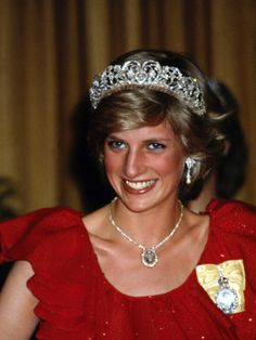 Spencer Tiara wearing by Diana, princess of Wales Princess Diana Jewelry, Princess Diana Family, Princes Diana, Prince And Princess, Princess Of Wales, Lovers Knot Tiara, Charles And Diana, Prince Charles, Diane