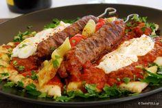 Παραδοσιακά το γιαουρτλού κεμπάπ φτιάχνεται με αρνίσιο ή -για την ακρίβεια- πρόβειο κιμά, γι'αυτό η γεύση του είναι ιδιαίτερη. Το αρκετό λίπος που έχει ο κιμάς δεν αφήνει το κεμπάπ να στεγνώσει στην δυνατή φωτιά και το γιαούρτι, με την οξύτητά του, είναι κατάλληλο συνοδευτικό για το πιάτο. Αν έχετε χρησιμοποιήσει μοσχαρίσιο ή μοσχαρίσιο/χοιρινό κιμά, … Cookbook Recipes, Meat Recipes, Cooking Recipes, Meatloaf Recipes, Recipies, Turkish Recipes, Greek Recipes, Istanbul Food, Food Network Recipes