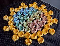 Olá, meninas!!! Como prometido, vim mostrar algumas sugestões de decoração em origami. Para nós, noivinhas que gostamos de colocar a mão na massa – ops! Colocar a mão no papel, rsrs -, vou mostrar como se faz algumas forminhas de origami para doces  Mas, primeiro, vou falar um pouco sobre o origami. Traduzindo a …