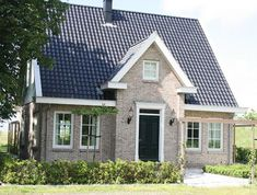 Have your own dream house built? Townhouse Exterior, Bungalows, Usa House, House Entrance, Apartment Entrance, Modern Bungalow House, House Furniture Design, House Built, House Goals