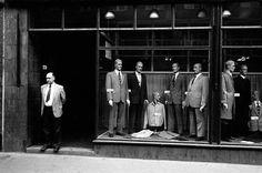 Handel / Textilien – Blick auf das Schaufenster eines Herrenbekleidungsgeschäftes in Rostock (Deutschland, DDR).  Foto, 1982.