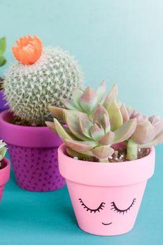 DIY Room Decor Ideas That Will Transform Your Bedroom painted plant potspainted plant pots Flower Pot Art, Flower Pot Design, Painted Plant Pots, Painted Flower Pots, Diy Crafts For Teen Girls, Crafts For Kids, Decorated Flower Pots, Clay Pot Crafts, Diy Décoration