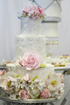 Daily Wedding Cake Inspiration (New!). To see more: http://www.modwedding.com/2014/07/25/daily-wedding-cake-inspiration-new-4/ #wedding #weddings #wedding_cake Featured Wedding Cake: Elizabeth's Cake Emporium;