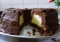 Bolo Escondidinho de Maracujá! Bolo de Chocolate e maracujá formam uma combinação incrível. O bolo escondidinho de maracujá é bem recheado e saboroso, cobe