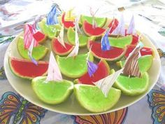 gelatinas servidas em cascas de fruta, uma ótima ideia de reaproveitamento.
