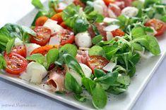 Jest Smak: Sałatka po włosku z szynką parmeńską Skła… Side Salad, Caprese Salad, Bruschetta, Potato Salad, Catering, Healthy Snacks, Food Porn, Food And Drink, Menu