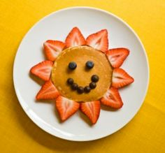 Food News: Food Presentation Affects Kids' Eating Habits from the Food Network. Some cute kid friendly food ideas. Toddler Meals, Kids Meals, Toddler Food, Food Design, Cute Food, Good Food, Funny Food, Happy Pancakes, Making Pancakes