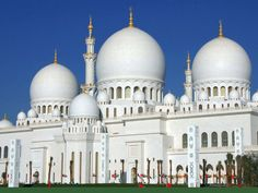 Sheikh Zayed Mosque, United Arab Emirates    This architectural work of art is one the world's largest mosques, with a capacity for an astonishing 41,000 worshippers.