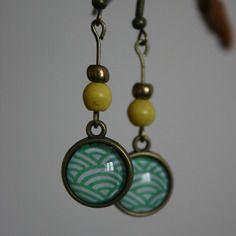 Boucles d'oreille cabochon à motif japonais vert et jaune - Pique Puce création - http://www.alittlemarket.com/boutique/pique_puce_creation-324746.html