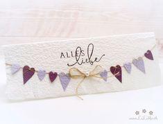 Wunderschöne, handgemachte Grusskarte zum Muttertag aus handgeschöpftem Papier aus eigener Herstellung. Wählen Sie aus vielen Farben, Titeln und weiteren Extra's und konfigurieren Sie so eine einzigartige und liebevoll gestaltete Muttertagskarte. #muttertagskarte #grusskarte #muttertag #liebendank #dankeskarte #herzen #wimpelkette #wimpel #handmade #lilimo #handgeschöpft #lila