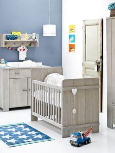 Inrichting stoere babykamer jongen met houten meubels en blauwe accessoires. Babykamer ideeën. Inspiratie van www.babykamer-jongen.nl