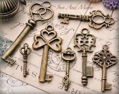 Items similar to 6 SETS ~ Vintage Style Key Set ~ 7 Unique Skeleton Keys in Antique Finish Pendants and Charms on Etsy Under Lock And Key, Key Lock, Vintage Key Tattoos, Cles Antiques, Unique Key, Old Keys, Knobs And Knockers, Door Knobs, Door Handles
