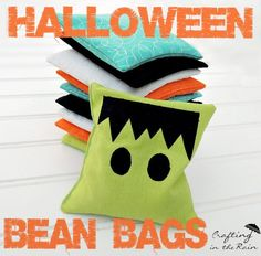 Steph from Crafting in the Rain shows how you can make a set of Halloween bean bags. They'd be perfect if you're signed up to make a game for a school or church Halloween carnival. Halloween Carnival Games, Halloween Games For Kids, Halloween Bags, Cute Halloween, Holidays Halloween, Halloween Ideas, Halloween Sewing, Halloween Juice, Halloween Decorations