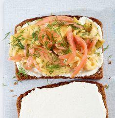 Rührei mit Lachs: Gutes Brot mit Meerrettichfrischkäse, frischem Rührei und Lachs - das ist eine Frühstücksschnitte deluxe!
