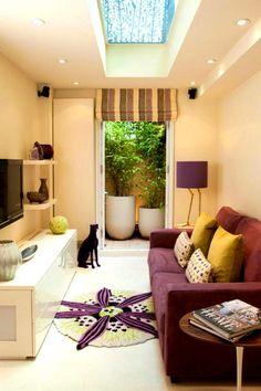 Маленькая гостиная в современном стиле с удачным сочетанием фиолетового цвета с желтым.