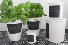 Keittiössä myös purkit ja purnukat saavat noudattavat mustavalkoista värikoodia. Olen ihastunut ASA Selectionin sarjaan, jossa valkoisia säilytysastioita k