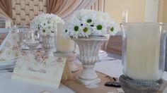 Ha a rusztikusabb stílust kedveled: világos kőedényekkel teheted meghittebbé az esküvőtök hangulatát.