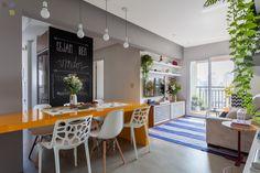 A pequena sala ganhou amplitude com a abertura da cozinha.