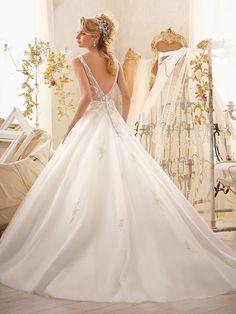 A-Line/Princess Sleeveless V-neck Organza Applique Chapel Train Wedding Dresses at HerDress Online