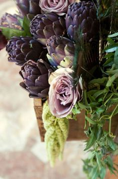 pretty photo of purple artichokes, flowers and herbs | vegetable: artichoke . Gemüse: Artischocke . légume: artichaud | Photo: @ style me pretty |