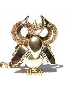 Questa collana rappresenta un gufo dal look stravagante. E' stato realizzato completamenta a mano, in ottone e pietre semipreziose e swarovsky, assembrando diverse forme diverse.DIMENSIONI: IL GUFO: 10x8 cm