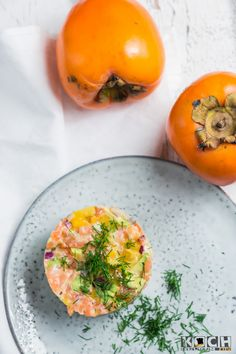 Kaki-Lachs-Tatar | KOCHHELDEN.TV Kakis, Sushi Cake, Salmon Dishes, Fish And Seafood, Food Inspiration, Great Recipes, Low Carb, Cooking Recipes, Stuffed Peppers