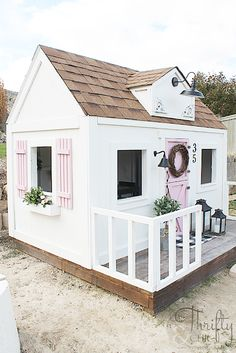 How to build an outdoor playhouse Learn how to build a farmhouse style playhouse for your kids! Simple Playhouse, Backyard Playhouse, Build A Playhouse, Playhouse Ideas, Outdoor Playhouse For Kids, Little Girls Playhouse, Kids Wooden Playhouse, Playhouse Decor, Cubby Houses