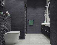 foorni.pl |  Czarno-szara łazienka z moziaką.  Kolorowe dodatki i dekor w strefie prysznica dodaje wnętrzu charakteru.