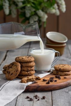 Chocolate chip cookies with milk – by Natalia Sokko Schokoladenkekse mit Milch – von Natalia Sokko. Chocolate Chip Cookies, Café Chocolate, Milk Cookies, Coffee Photography, Food Photography Styling, Food Styling, Bath Photography, Photography Studios, Gastronomia