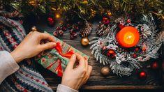 Slané jedlé dárky: naložené sýry, utopenci, sušenky, hořčice i kimči Christmas Bulbs, Table Settings, Wraps, Table Decorations, Holiday Decor, Wrapping, Recipes, Food, Scrappy Quilts