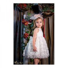 Φόρεμα δαντέλα με τρισδιάστατες μαργαρίτες σε φούστα και μπούστο, με πουά διαφάνεια στην πλάτη και πουά τούλι εσωτερικά, με επένδυση από 100% βαμβακερή φόδρα. Κωδικός Προϊόντος: ΡΚ.28 Girls Dresses, Flower Girl Dresses, Wedding Dresses, Flowers, Fashion, Dresses Of Girls, Bride Dresses, Moda, Bridal Gowns