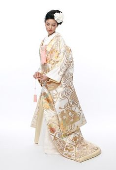99 Unique Japanese Wedding Dress Ideas for Your Inspiration - VIs-Wed Japanese Outfits, Japanese Fashion, Asian Fashion, Furisode Kimono, Kimono Dress, Yukata, Traditional Fashion, Traditional Dresses, Traditional Wedding