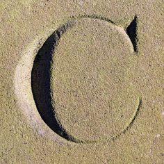 Dit is een C in zand gemaakt