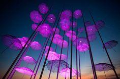 "21 de outubro de 2014 ""guarda-chuvas"", a escultura de Giorgos Zogolopoulos está iluminado a luz rosa para marcar o mês da consciência do cancro da mama, em Salónica, no norte da Grécia."