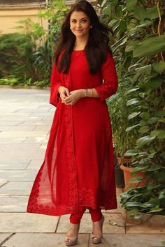 Resham embroidered georgette red churidar suit indian designer wear в 2019 Indian Attire, Indian Wear, Indian Outfits, Indian Suits Punjabi, Mode Bollywood, Bollywood Fashion, Bollywood Suits, Bollywood Party, Bollywood Dress