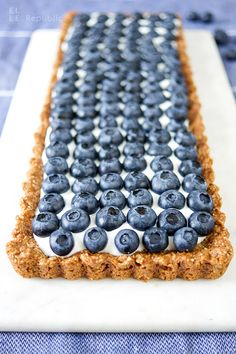 Easy and healthy gluten-free blueberry tart made with ground almonds, oats, coconut oil and honey. Topped with honeyed Greek yogurt and fresh blueberries. Tarte Vegan, Gluten Free Blueberry, Cucumber Juice, Carbohydrate Diet, Milk And Honey, Paleo Dessert, Almond Recipes, Healthy Sweets, Fruit Smoothies