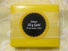 Jabón artesanal como detalle de boda, con papel charol, con cinta de organza y etiqueta decorativa
